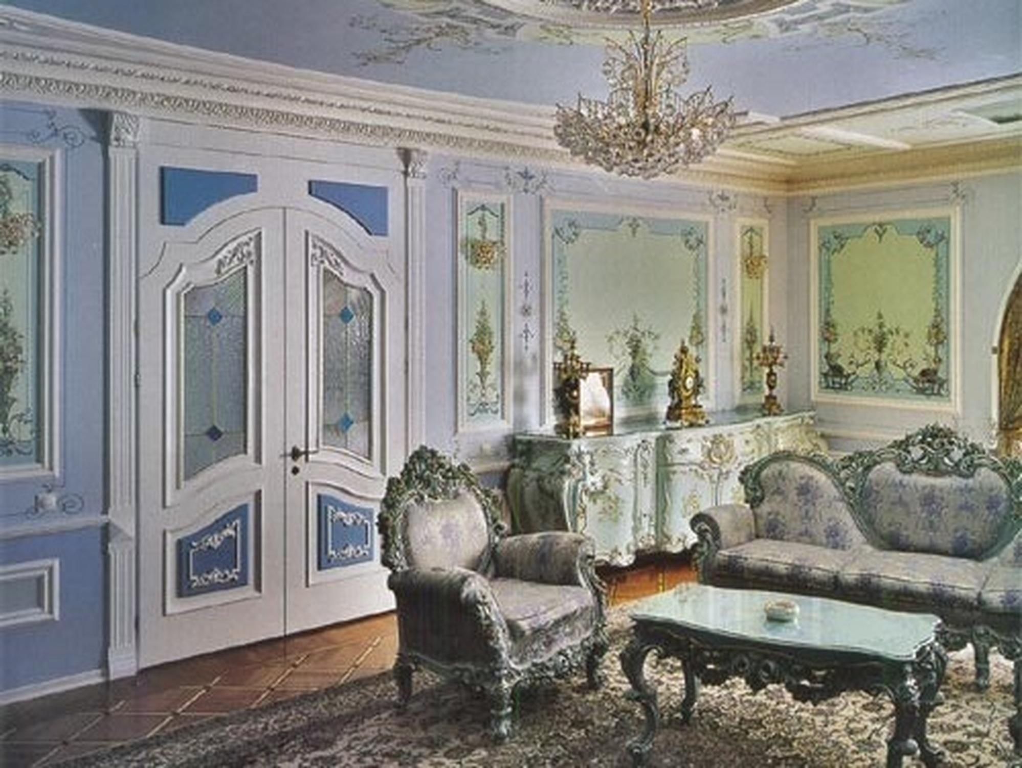 Ещё один кабинет украшенный лепниной