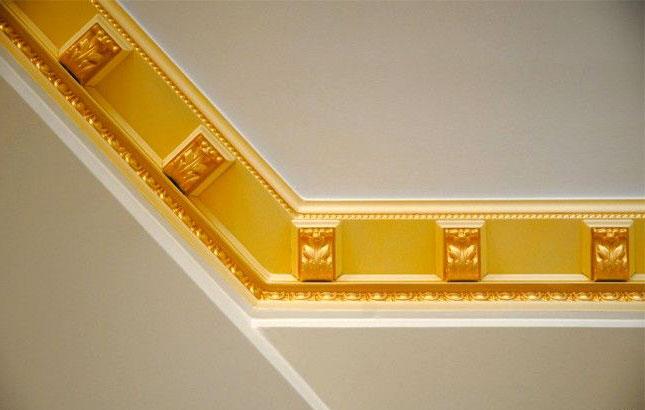 Карниз с орнаментом окрашенный золотом